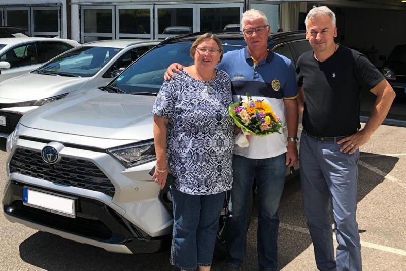 Herr und Frau Kinader holten ihren neuen Toyota RAV4 Hybrid ab.