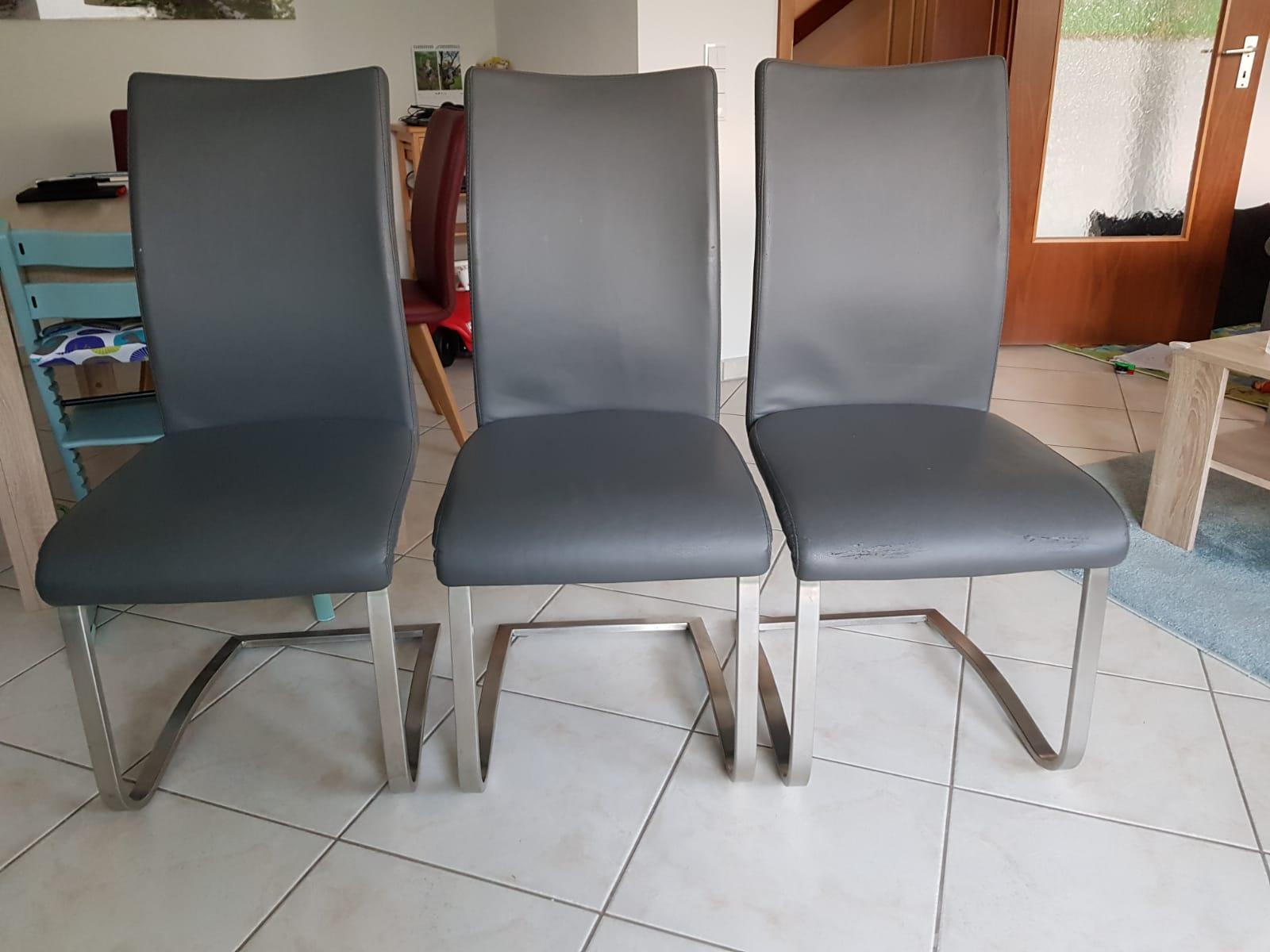 3 graue Stühle in Lederoptik